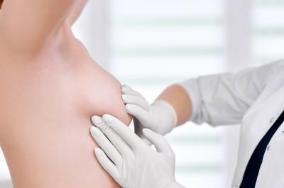 Выделения из грудных желез при надавливании. Причины крови из молочной железы у женщин
