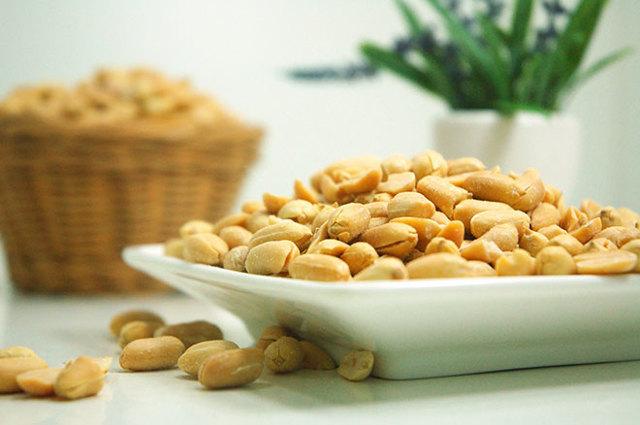 Арахис при грудном вскармливании: можно ли кормящим мамам есть эти орехи