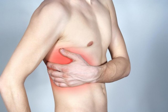 Причины появления боли посередине грудины у мужчин и женщин