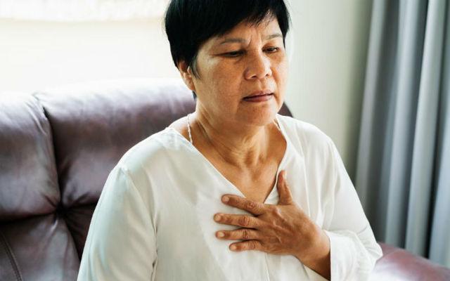Боль под правой грудью у женщин: что находится и может болеть справа в грудине