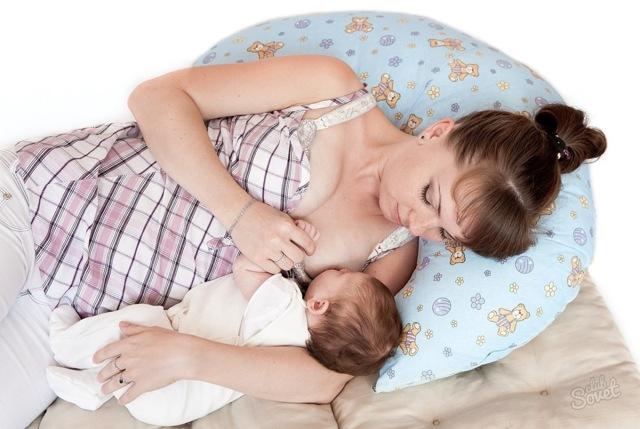 Позы для кормления новорожденных грудью: лежа на боку, сидя, из-под руки