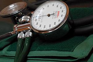 Симптомы повышенного давления у женщин и мужчин и признаки неотложных состояний