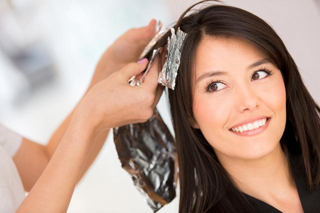 Можно ли красить волосы при грудном вскармливании: советы кормящим мамам