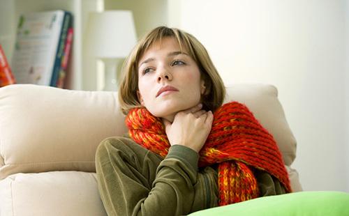 Чем лечить горло при грудном вскармливании: таблетки и другое лечение